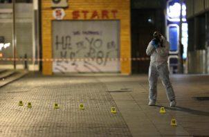 """el digital """"La Marseillaise"""" informó que dos personas resultaron heridas levemente por las balas de la policía. FOTO/AP"""