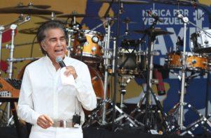 El cantante y actor venezolano José Luis Rodríguez 'El Puma' actúa durante el concierto Venezuela Aid Live en el puente fronterizo de Tienditas, en Cúcuta (Colombia). Foto: EFE.