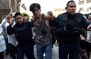 El presunto agresor del empresario Jesús García es detenido este miércoles, al intentar escapar luego de disparar, en Cuernavaca (México). FOTO/EFE