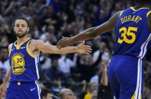 Stephen Curry festeja con Kevin Durant Foto:AP