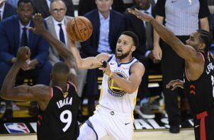Stephen Curry reconoció que lo Raptors son un equipo muy bueno. Foto AP