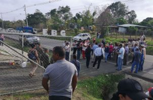 Los estudiantes, junto con otras personas del lugar, bloquearon la carretera Panamericana.