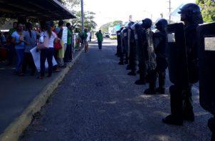 Los maestros se mantienen gritando consignas en David, provincia de Chiriquí. Foto: José Vásquez.