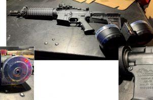 Rifle Anderson Manufacturing AM-15 con una revista de doble tambor de 100 balas que Connor Betts, a quien identificaron como el pistolero, usó cuando le dispararon y lo mataron segundos después de que comenzó a matar gente. afuera de un bar en Dayton, Ohio. FOTO/AP