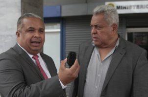 El abogado Roiniel Ortiz muestra el dispositivo que fue encontrado en el automóvil del jurista Alejandro Pérez.