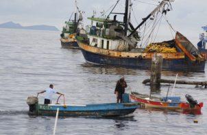 Los pescadores artesanales aseguran que, desde la aparición de la mancha oscura, los peces se han alejado de la costa. Foto/Eric Montenegro