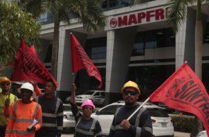 Ayer, obreros del proyecto paralizado realizaron una manifestación frente a la sede de la aseguradora, en Costa del Este. Foto de Víctor Arosemena