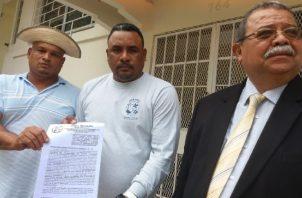 Momento en que se interponía la denuncia en el Ministerio Público. Foto de Adiel Bonilla