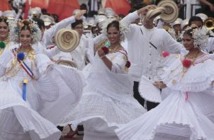 Hermosas empolleradas del Instituto Panamericano (IPA), frente al Palacio de las Garzas. /Foto Víctor Arosemena