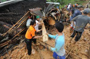 Rescatistas indonesios buscan víctimas por deslizamientos de tierra en Indonesia. EFE/ EPA/ STR.