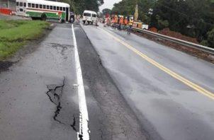 Tramo de la carretera Panamá-Colón que se hundió. /Foto Diomedes Sánchez