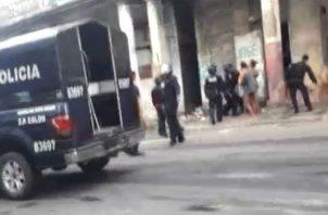 Los residentes del inmueble 13185 de la calle 13, avenida Amador Guerrero, cerraron la vía. Foto: Diómedes Sánchez S.