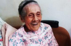 Nieves Grimas siempre tiene una sonrisa para quienes la visitan en su casa.  Adiel Bonilla