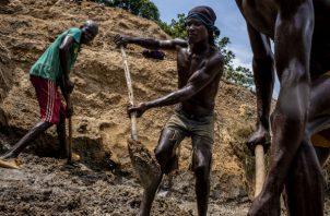 Trabajadores ganan 3 dólares diarios por extraer diamantes de minas en la República Centroafricana. Foto/ Ashley Gilbertson para The New York Times.