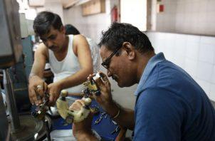 Los fabricantes indios cortan o pulen alrededor del 90 por ciento de los diamantes del mundo. Foto/ Sam Panthaky/Agence France-Presse — Getty Images.