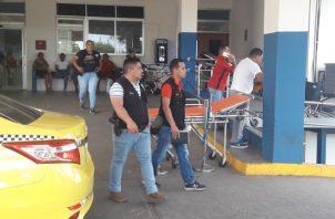 Miembros de la DIJ llegaron al centro hospitalario ya que se encontró un maletín con dinero al joven que había sido herido de bala. Foto/Mayra Madrid