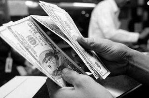 Muchas veces, las personas de distintos estratos económicos pagan lo mismo y las grandes empresas gozan de subsidios tributarios por parte del Estado y tienden a burlar los impuestos. Foto: EFE.