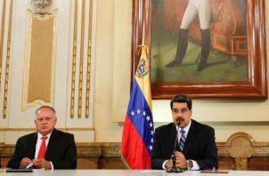 Diosdado Cabello (izq), junto a Nicolás Maduro, en una reunión con el Consejo de Defensa. Foto: EFE.