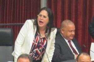 La diputada Zulay Rodríguez  hizo entrega de 25,743 firmas recogidas en tres días en las redes sociales que, según ella, avalan la discusión de su anteproyecto de Ley.