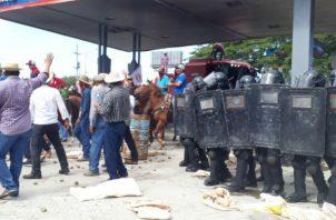 Productores son buscados y sacados de sus residencias tras protestas en Divisa. Foto: Panamá América.