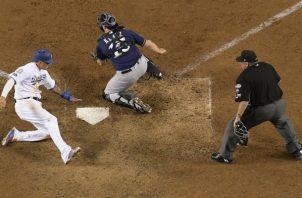 Manny Machado anota la carrera del triunfo para los Dodgers en episodios extras.Foto:AP