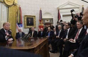 El presidente Donald Trump realiza  conferencia en la salón Oval de la Casa Blanca. AP