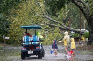 Varios sectores ya se han quedado sin electricidad y ya hay calles inundadas. FOTO/AP