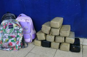 Detienen a tres mujeres que ponían a sus hijos a transportar droga en mochilas. Foto: Policía Nacional.