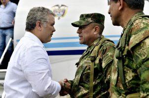 El mandatario colombiano, Iván Duque (i), saludando al comandante general Fuerzas Militares de Colombia general Luis Fernando Navarro Jiménez (c)  en Tumaco (Colombia). FOTO/EFE