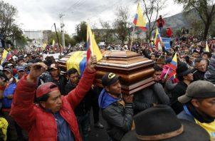 Manifestantes acompañan el féretro con el cadáver de un dirigente indígenas que murió durante las protestas. Foto:EFE.