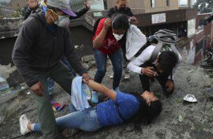 Manifestantes y policías se enfrentaron en una nueva jornada de protestas este viernes, en Quito. Foto: EFE.