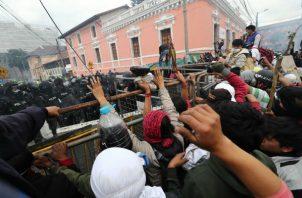 Manifestantes indígenas frente a la policía durante una nueva jornada de protestas en Quito. Foto: EFE.