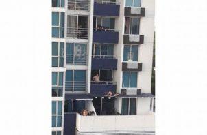 Una pareja cae desde el balcón de un edificio en Carrasquilla; están delicados, pero con vida. Foto: Tomada de El Siglo.