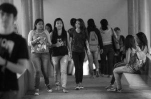 En las aulas de centros de estudios superiores pagados hay una mezcla entre profesionales y estudiantes recién graduados. Foto: Archivo