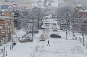 Buena parte de las Dakotas y Minnesota estaban bajo advertencia de ventiscas y muchas áreas recibieron el jueves unos 30 centímetros (un pie) de nieve por lo menos.