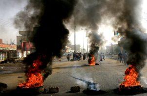 Manifestantes en las calles el día que soldados sudaneses masacraron a docenas de opositores en Jartum. Foto/ Reuters.