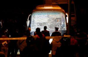 Cuerpos de seguridad egipcios observan los daños en el autobús. Foto: EFE.