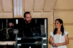 El candidato del partido GANA (Gran Alianza por la Unidad Nacional) a la presidencia de El Salvador Nayib Bukele y su esposa Gabriela de Bukele. FOTO/EFE