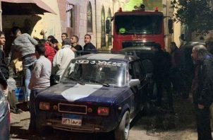 Personas acuden al lugar de la explosión detrás de una mezquita cerca de la Universidad Al-Azhar en El Cairo (Egipto). Foto: EFE.