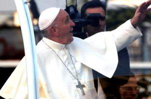 El papa Francisco  celebró con varios feligreses en las calles de Panamá.