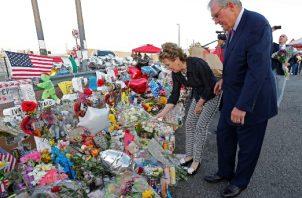 El alcalde de El Paso, Dee Margo (R) y su esposa Adair (L) ponen flores en el improvisado monumento a las víctimas del tiroteo masivo en un Walmart en El Paso, Texas. FOTO/AP