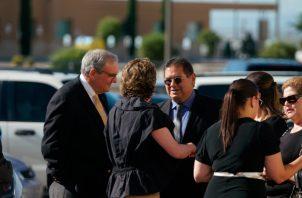 Varias personas murieron el sábado pasado, cuando un hombre armado abrió fuego dentro de un Walmart lleno de compradores. FOTO/AP