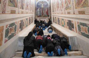 Los peldaños se ubican dentro de un edificio próximo pero independiente a la basílica de San Juan de Letrán de Roma y suponen uno de los lugares de peregrinación más visitados de la ciudad.