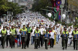 Policías y ciudadanos participan en una marcha contra del terrorismo. FOTO/EFE