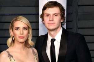 Emma Roberts y Evan Peters.