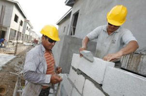 Entre el personal técnico que las empresas del sector demandan se encuentran los albañiles. Foto: Archivo