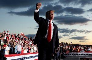 En las últimas semanas, el presidente Donald Trump ha negado con tono irritado que estuviera recibiendo encuestas que le mostraban como un posible perdedor. FOTO/AP