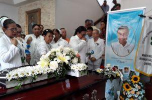 El joven enfermero era muy apreciado por sus colegas. El miércoles se realizaron las honras fúnebres. Foto: Panamá América.