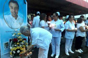 En silencio, y vestidos de blanco, se realizó la vigilia del personal de salud. Foto: Thays Domínguez.