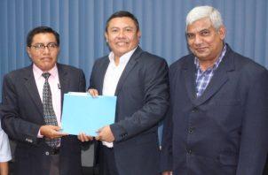 El gobernador designado de la Comarca Guna Yala, Eric Martelo (centro), recibe el informe de gestión por parte del gobernador saliente Guillermo López.